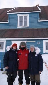 Teamfoto vor dem blauen Haus