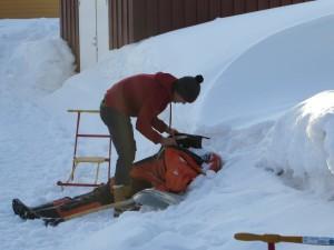 Thomas befüllt den Survivalsuit mit Schnee, welcher einen Wissenschaftler repräsentieren soll. Foto: R. Denkmann