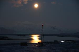Vollmond über Ny-Ålesund (Foto: Matthias Buschmann)