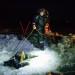 Die angehende AWIPEV-Stationsleiterin Kathrin Lang beim Versuch, ohne fremde Hilfe aus einem Eisloch zu klettern. Foto: René Bürgi