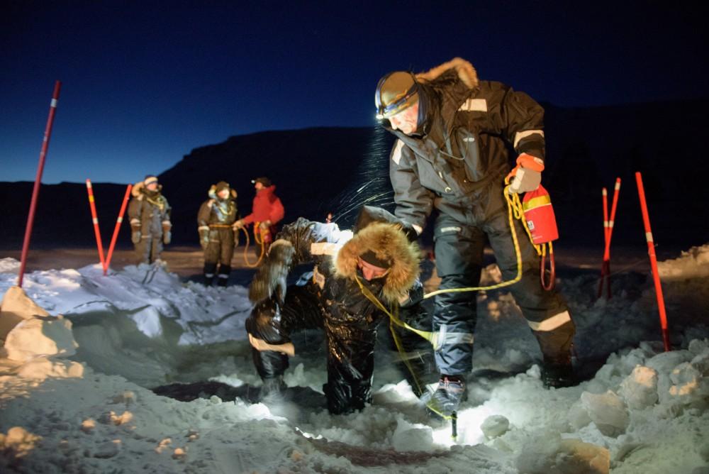 Geschafft: Kathrin klettert mit letzter Kraft und nasskalten Füßen aus dem Eisloch. Foto: René Bürgi, Alfred-Wegener-Institut
