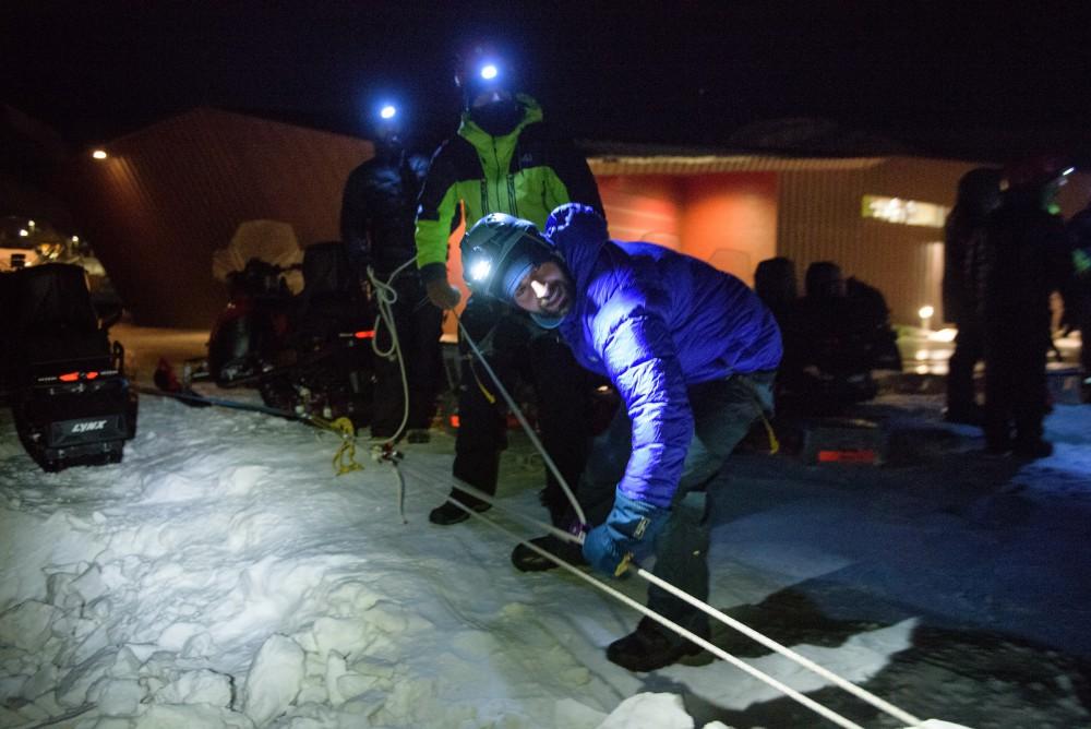Den jungen Mann in der blauen Jacke kennen Sie schon: Thomas, Logistiker im aktuellen AWIPEV-Team, kam zum Kurs dazu und half den Neulingen bei den Übungen zur Gletscherrettung. Foto: René Bürgi, Alfred-Wegener-Institut
