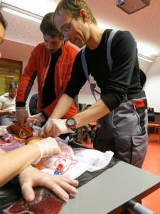 Erste-Hilfe-Kurs: Unser angehender Stationsingenieur René Bürgi übt das Nähen kleiner Wunden an einem Stück Fleisch. Foto: Alfred-Wegener-Institut