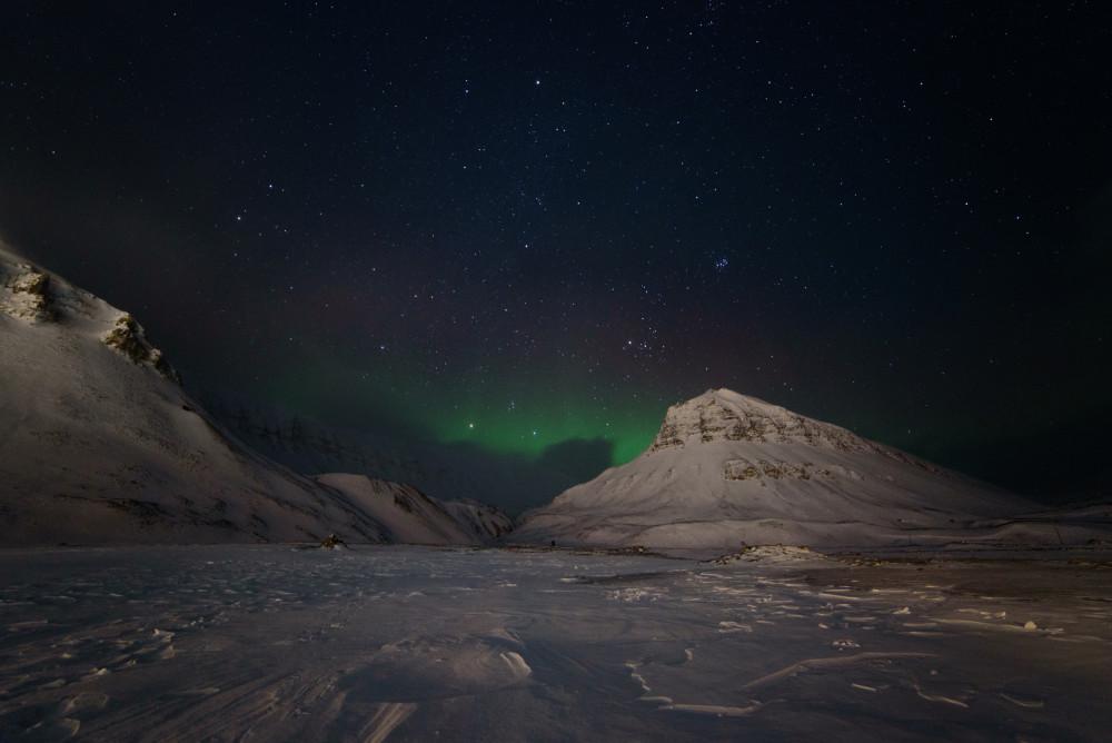Polarlichter über einem Berg in der Nähe Longyearbyens. Foto: René Bürgi, Alfred-Wegener-Institut