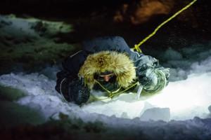 Nur mit zwei Eispickeln als Hilfsmittel ausgestattet, kämpft sich Kathrin aus dem Eisloch. Foto: Rene Bürgi, Alfred-Wegener-Institut