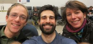 Ein Selfie mit dem Vorgänger: Dieses Bild zeigt unsere neuen Kollegen René (links) und Kathrin (rechts) gemeinsam mit Thomas, der dem derzeit amtierenen AWIPEV-Team angehört. Foto: Thomas Dupeyron, Alfred-Wegener-Institut
