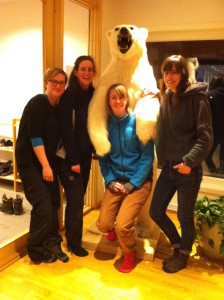 The Team with the polar bear in the mess (Foto: Clara Hoppe, AWI)