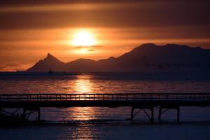 Um 11 Uhr abends steht die Sonne noch immer über dem Horizont. Im Vordergrund steht das alte Pier.