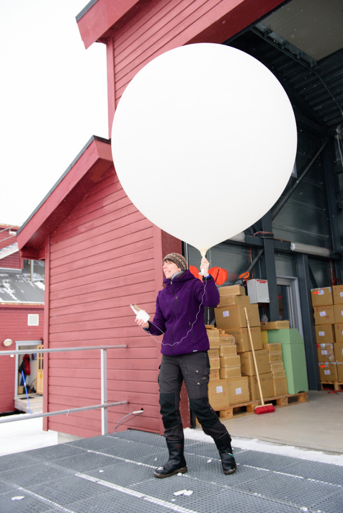 Kathrin launches the radiosonde for the first time on her own