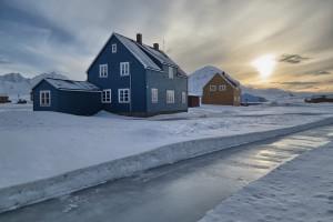 Regen hat den geräumten Weg hinter dem Blauen Haus in eine Eisbahn verwandelt.