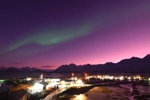 Ny-Ålesund mit Polarlicht und Lidarstrahl