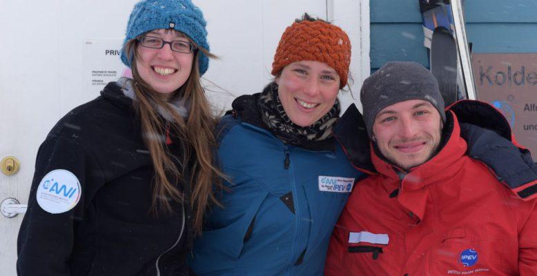 Das Stationsteam AWIPEV 2016/2017 von links nach rechts: Christelle Guesnon (Beobachtung), Verena Mohaupt (Stationsleiterin), Simon Escall (Logistik).