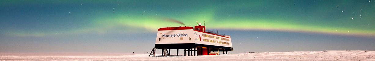 Polarlichter über der deutschen Antarktis-Forschungsstation Neumayer-Station III