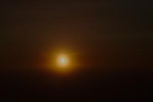 Sichelförmige Sonne über dem östlichen Horizont (Foto: Andreas Leonhardt).