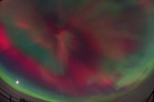 Polarlichter über der Neumayer-Station III in der Antarktis