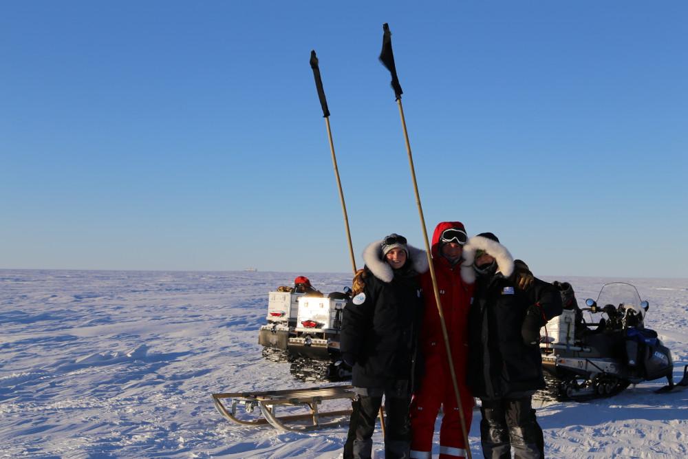 Nachdem sie erfolgreich die Standen hochgesetzt haben: unsere Üwis Elke, Markus und Bettina (v.l.n.r., Foto: Elke Ludewig).
