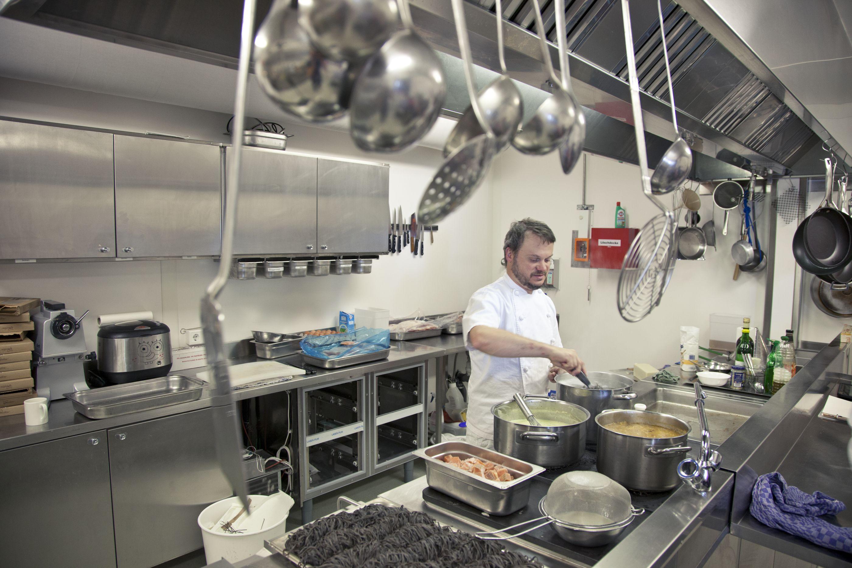 Koch bei der arbeit  Ein kleiner Gruß aus der Küche - Antarktis-Blog: AtkaXpress