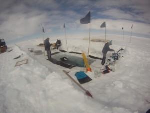 Das Tauchteam in Aktion, gerade taucht der Einsatztaucher auf. Foto: AWI-Tauchteam