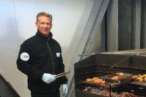 Sven Schnieder beim Grillen zum Jahreswechsel in der Sommersaison 2015/16. Foto: Sven Schnieder