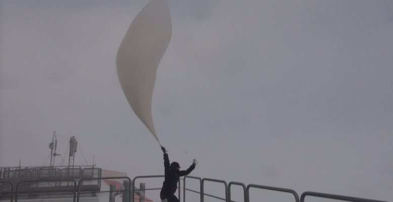 Start einer Radiosonde bei starkem Wind. Foto: Steven Franke