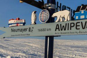 Wegweiser in der Antarktis: Von dort sind es 16.680 Kilometer bis zur AWIPEV-Station. Foto: Steven Franke
