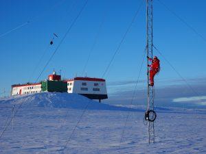 Wartungsarbeiten am Kurzwellen-Antennenmast. Foto: Steven Franke