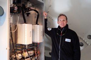 Marcus Heger bei der Technik-Wartung im Radom (Schutzhülle) hinter dem 3,7m Spiegel. Foto: Jens-Peter Biethan