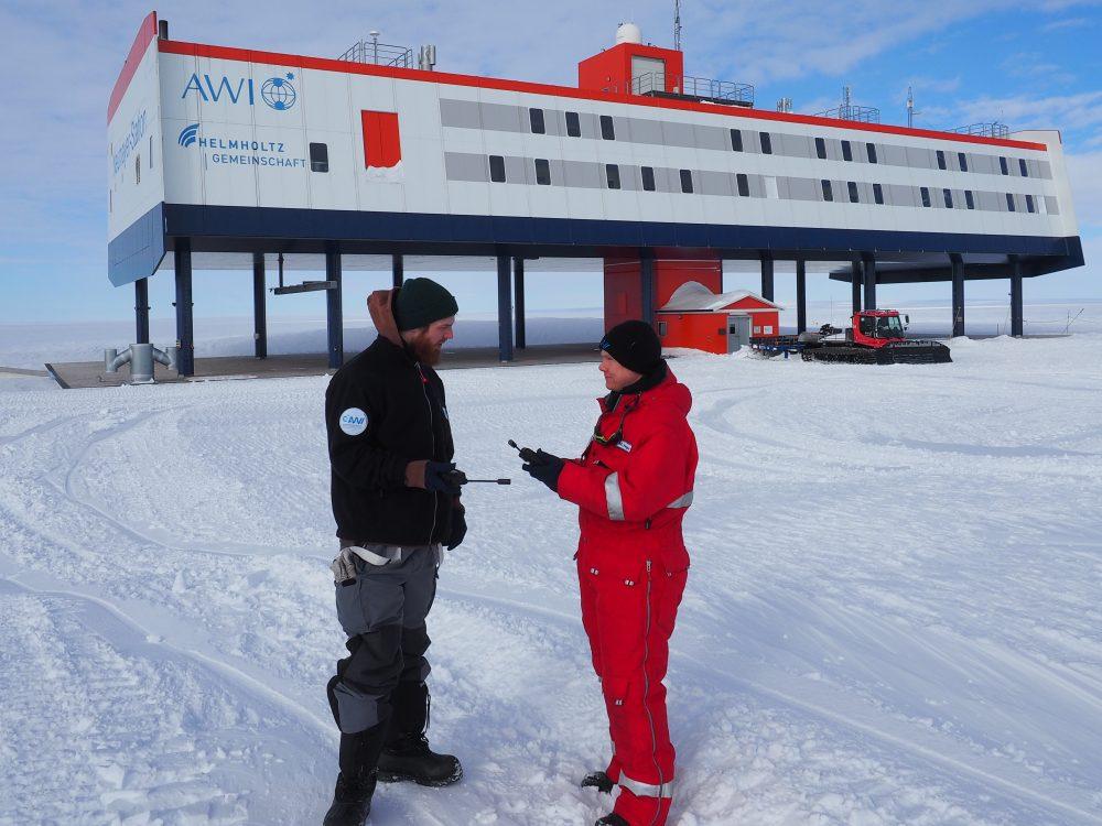"""Wissenschaftler und Techniker des AWI testen die Iridium """"Handys"""". Foto: Marcus Heger"""