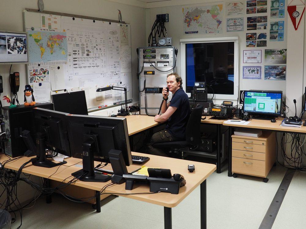 Marcus, DL1MH im Funkraum. Foto: Marcus Heger
