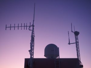 Radom der Wettersatelliten Empfangsantenne und UKW Antennen auf dem Dach der Ballonfüllhalle. Foto: Marcus Heger
