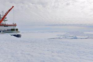 Bevor Polarstern am Schelfeis anlegen konnte, muss sich das Forschungsschiff eine Rinne durch das Eis brechen. Foto: L. Duncker