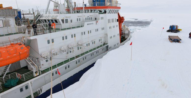 Das Forschungsschiff Polarstern am Nordostanleger, Foto: L. Duncker