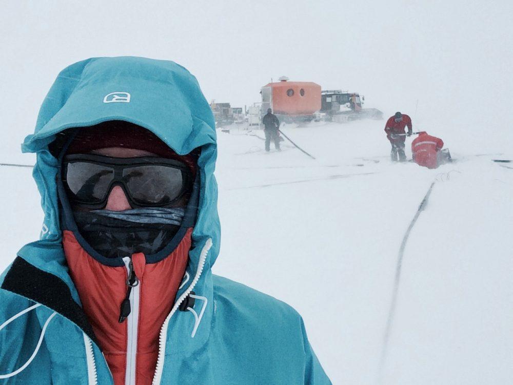 Weiß, kalt, stürmisch und schön: die Antarktis. Schwarz, rot und fleißig: die Geophysiker. Foto: Tim Heitland