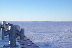 Das Foto mag vielleicht nicht besonders schön sein, zeigt aber die Eisberge im Norden. Foto: Tim Heitland