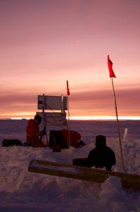Drei ÜWIs, zwei Fahnen, eine Messstation: die Geophysik bei der Arbeit. (Foto: Tim Heitland)