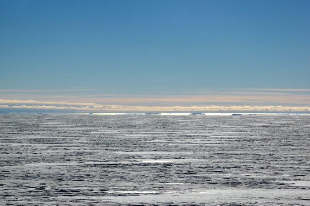 ****+ Gefrierschrank: Blick vom Watzmann. Die Eisberge treiben in ungefähr 25 Kilometer Entfernung in der Atkabucht. (Foto: Tim Heitland)