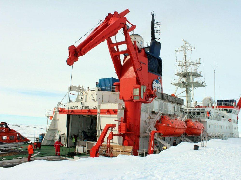 Die Polarstern an der Schelfeiskante. Foto: Bernhard Gropp