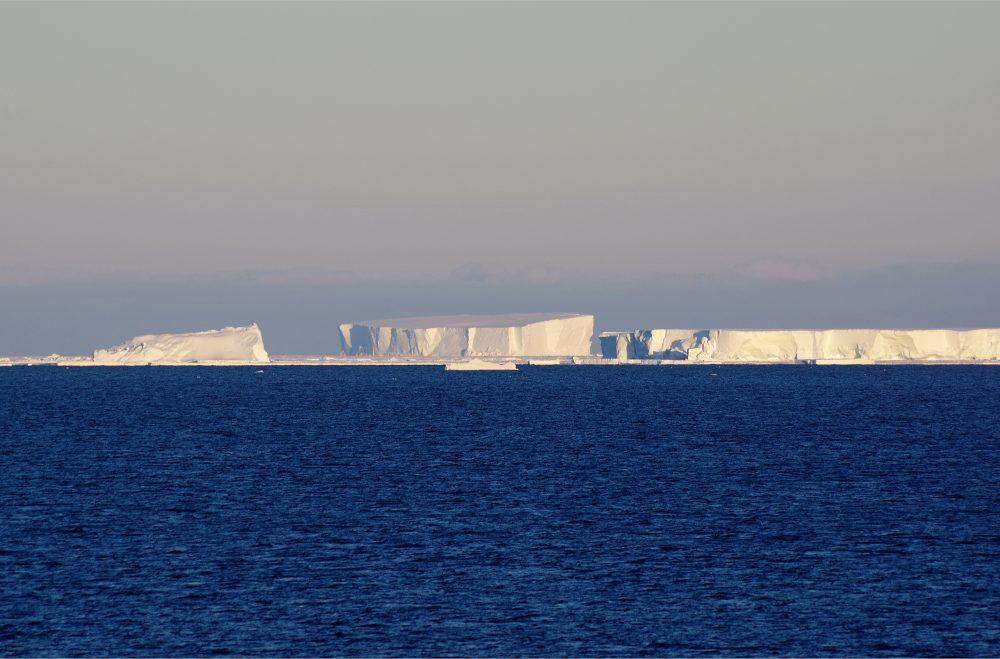 Blick über die offene Bucht nach Norden. 4410 km hinter den Eisbergen liegt Kapstadt. Foto: Tim Heitland