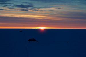 Sonnenuntergang an der Neumayer-Station III (Foto: Bernhard Gropp)