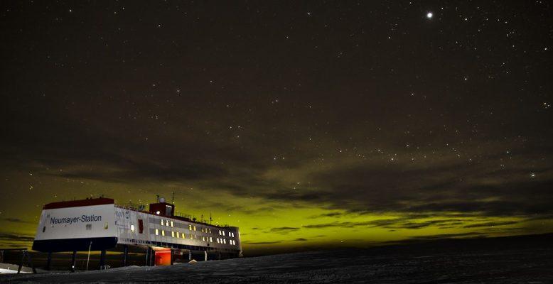 Die Neumayer-Station III bei Nacht. Foto: Matthias Maasch