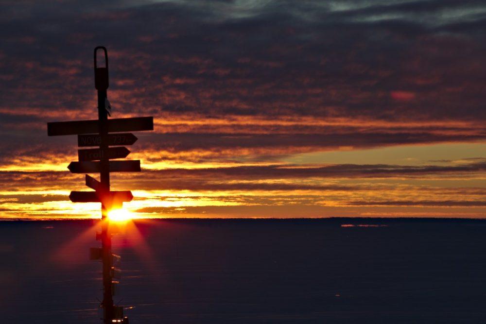 Wegweiser im Sonnenuntergang. Foto: Matthias Maasch