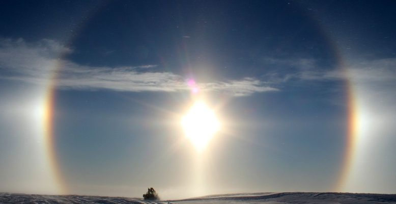 Halo Antarktis Neumayer Station III - diamond dust (Foto: Bernhard Gropp)