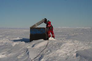 Erste, durch Seilschaft gesicherte Untersuchung des Schachtes durch Geophysikerin Josefine Stakemann (Foto: Andreas Müller)