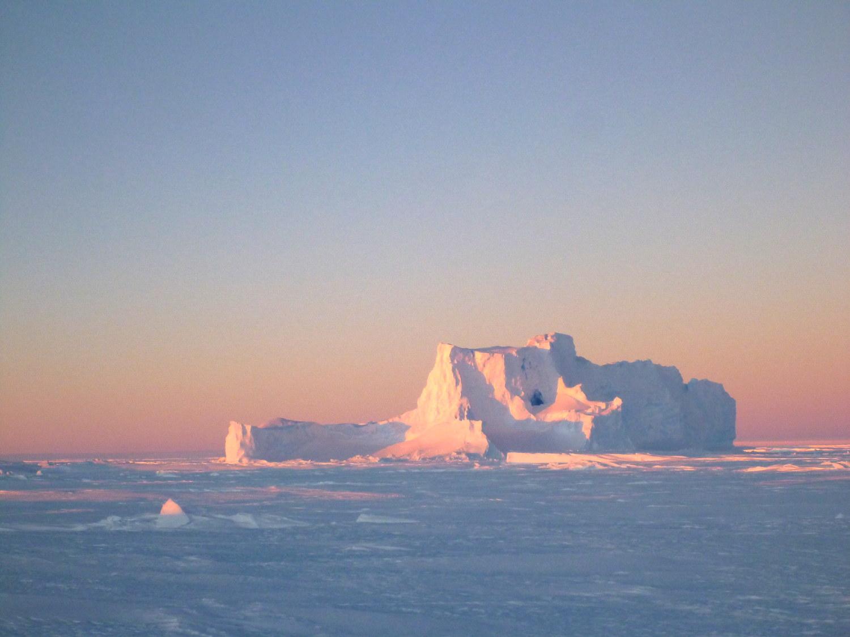 """Der """"Eisberg mit dem Loch"""", wie er von unseren Vorgängern getauft wurde, ist seit zwei Jahren Gast in der Atkabucht (Foto: Andreas Müller)"""