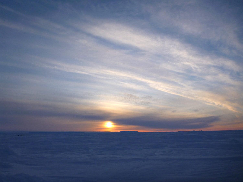 Kurz vor der Polarnacht streift die Sonne nur noch ganz dicht über dem Horizont (Foto: Andreas Müller)