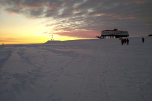 Sunrise at the Neumayer Station III (Photo: Klaus Guba)