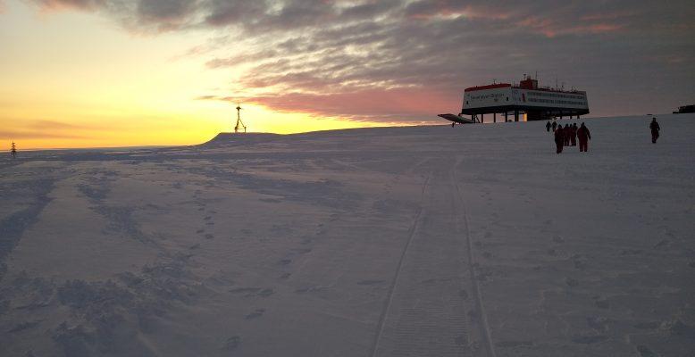 Sonnenaufgang an der Neumayer-Station III (Foto: Klaus Guba)
