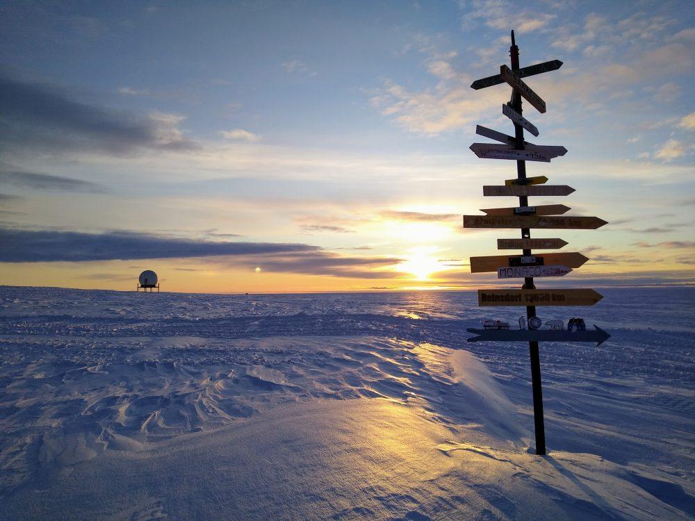 Wegweiser in der Antarktis (Foto: Klaus Guba)