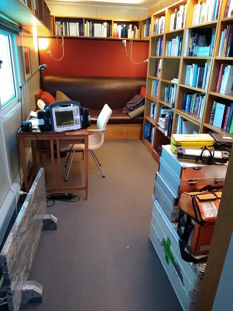 Notfallequipment in der Bibliothek im Eis (Foto: Klaus Guba)