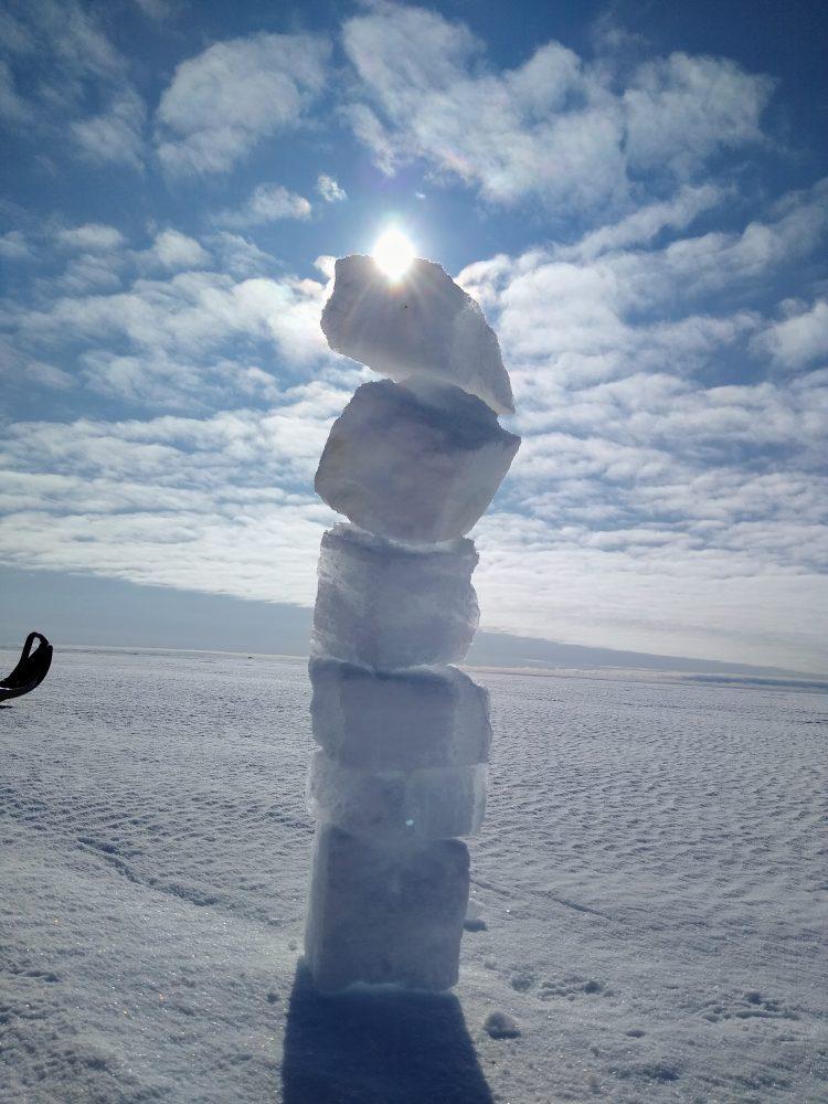 Eiskunstwerk: Nach dem Ausschneiden von Eisblöcken aus dem Boden mit der Kettensäge für die Grube der Messstation wurden diese kreativ gestapelt. (Foto: Klaus Guba)